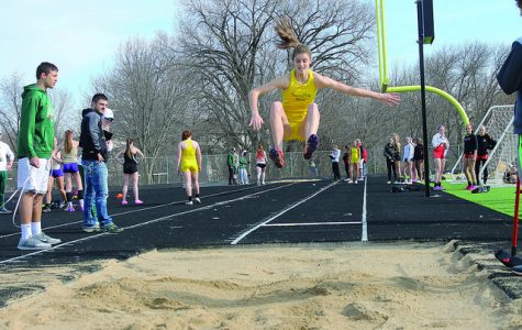 "Track and field teams head to ""Blue Oval"" for Drake Relays"