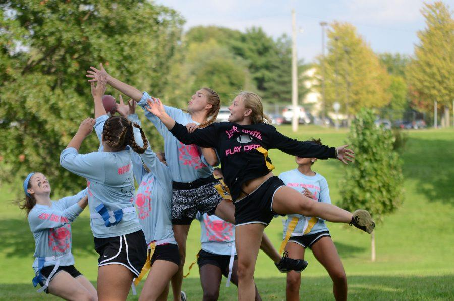 The juniors and seniors jump to receive the pass.