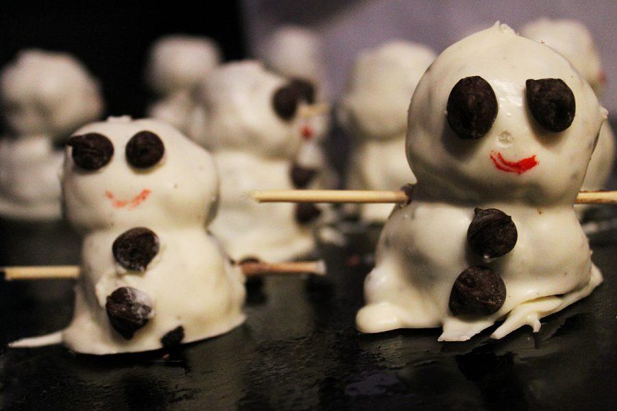 Making+oreo+ball+snowmen