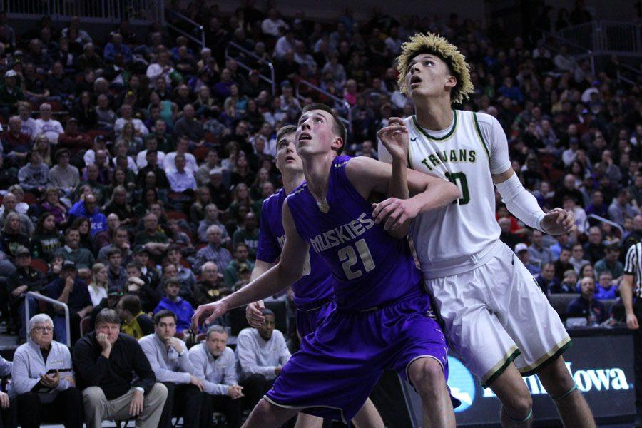 Joe Wieskamp '18 boxes Seybian Sims '18 out during the second half of the game on Tues., March 6.