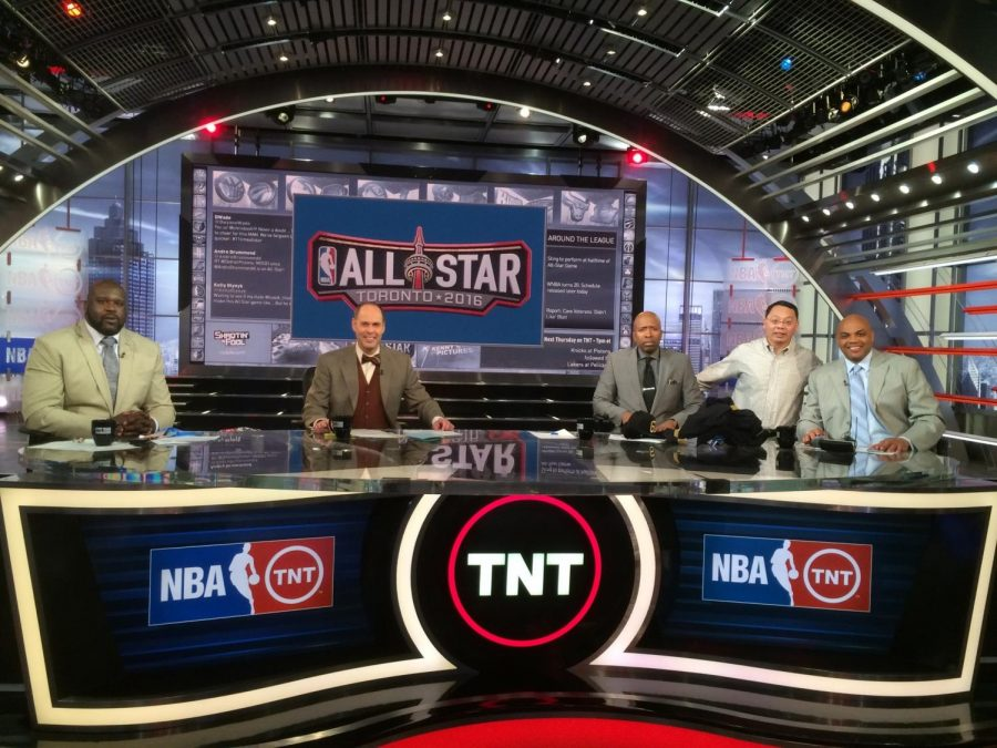 Lin+Wang+poses+for+a+photo+with+%22Inside+the+NBA%22+hosts%2C+including+Charles+Barkley%2C+at+the+TNT+headquarters.