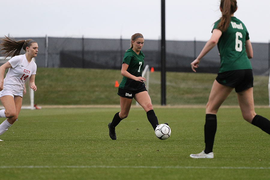 Jada Dachtler '22 passes the ball to Hannah Cantrell '19 during the second half on Tuesday, April 9.