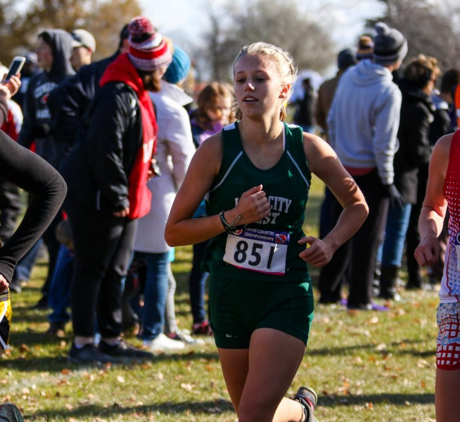 Maddy+Negley+%2721+works+her+way+through+the+race+at+the+one+mile+marker+during+the+state+cross+country+meet+on+Nov.+2+in+Fort+Dodge.