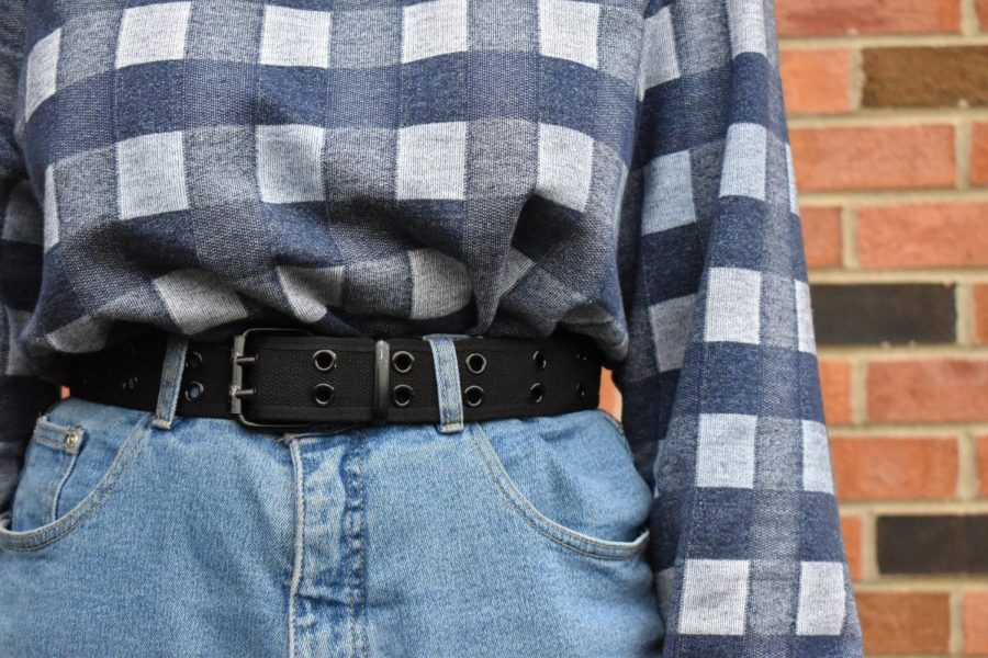 Dunlap tucked the cropped shirt into high-waisted jeans and tied the look together with a black belt.