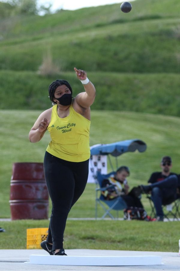Arionnah Sonii '22 throws the shot put while competing at the Class 4A district track and field meet on May 13.